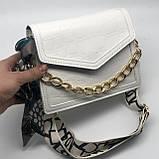 Женская классическая сумочка рептилия через плечо на широком ремешке с цепочкой белая, фото 7