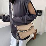 Женская классическая сумочка рептилия через плечо на широком ремешке с цепочкой бежевая, фото 4