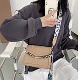 Женская классическая сумочка рептилия через плечо на широком ремешке с цепочкой бежевая, фото 6