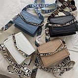 Женская классическая сумочка рептилия через плечо на широком ремешке с цепочкой бежевая, фото 10