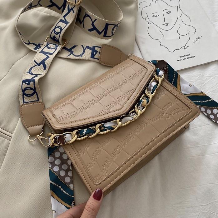 Женская классическая сумочка рептилия через плечо на широком ремешке с цепочкой бежевая