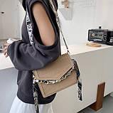Женская классическая сумочка рептилия через плечо на широком ремешке с цепочкой бежевая, фото 5