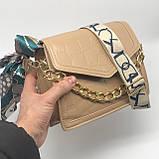 Женская классическая сумочка рептилия через плечо на широком ремешке с цепочкой бежевая, фото 7