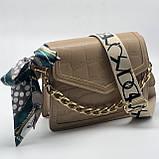 Женская классическая сумочка рептилия через плечо на широком ремешке с цепочкой бежевая, фото 8