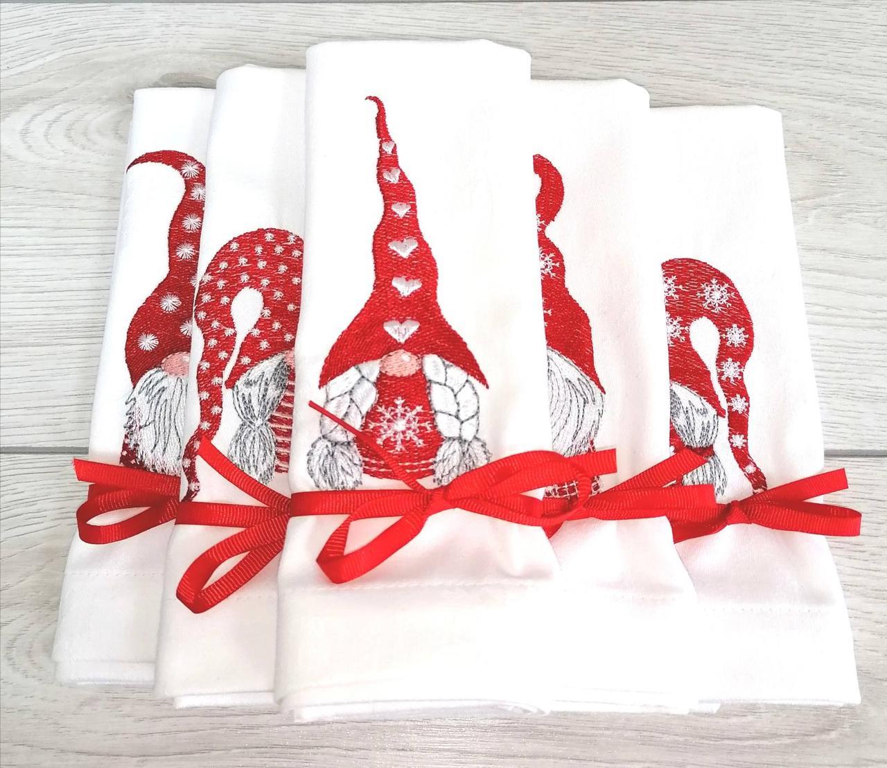 Новогодние вышитые салфетки Скандинавские гномы (красные)