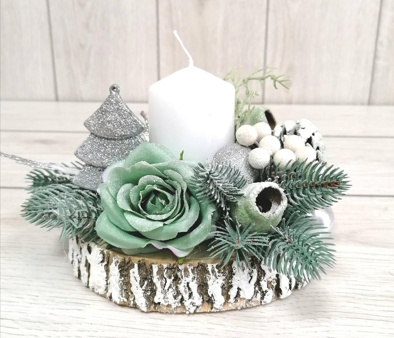 Новорічний декор з м'ятною трояндою та свічкою