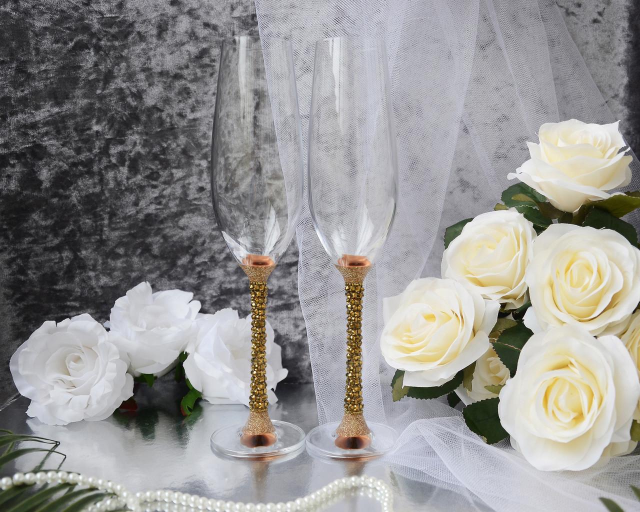 Свадебные бокалы для молодоженов ручной работы. Ножка украшена стразами