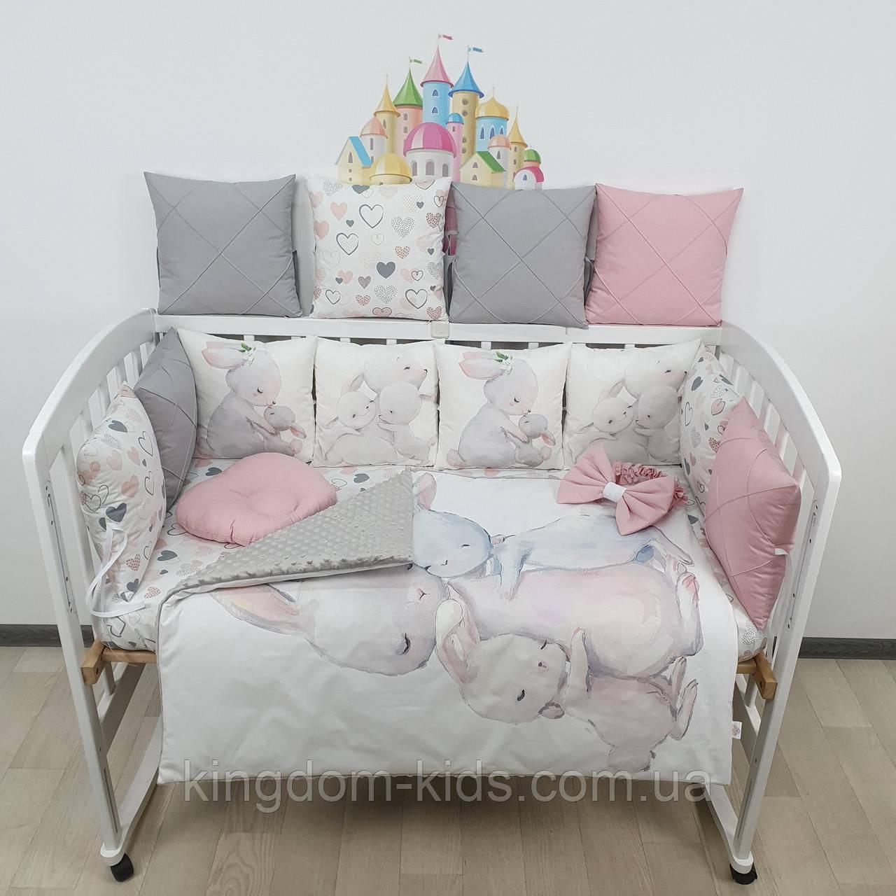 """Комплект бортиков и постельного в кроватку """"Зайки с мамой"""" в пудрово-серых тонах"""