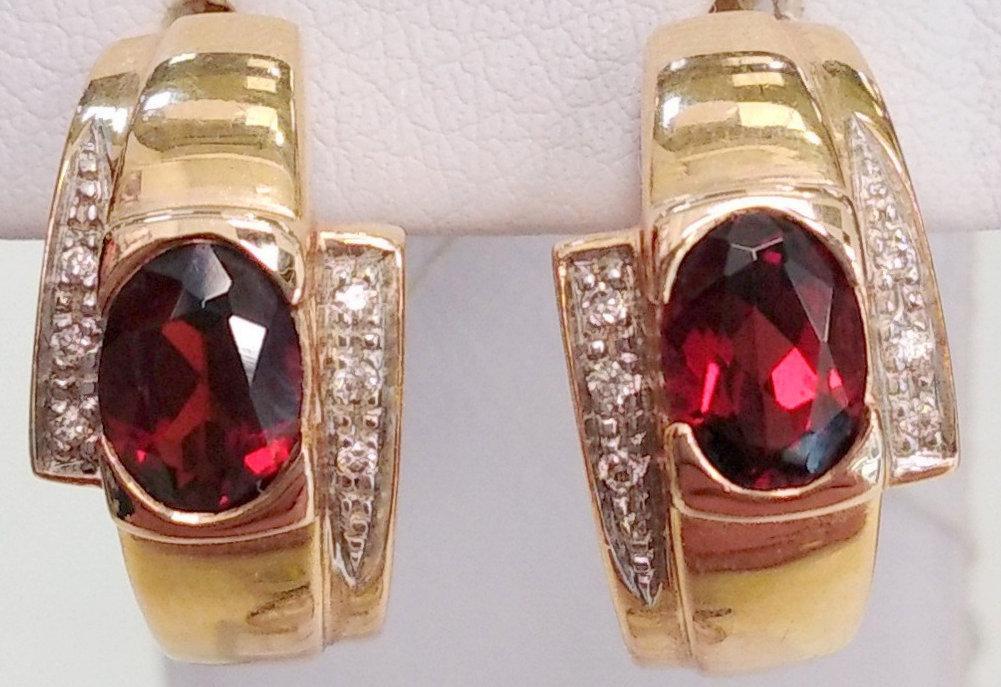 Золотые серьги с бриллиантами и гранатом
