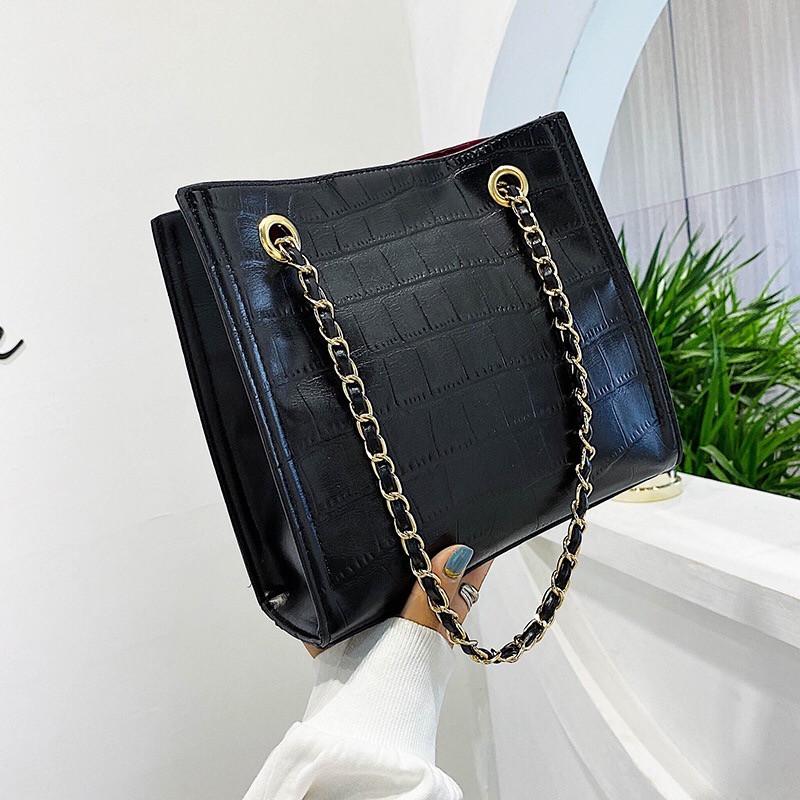 Женская классическая сумочка рептилия через плечо на цепочке черная
