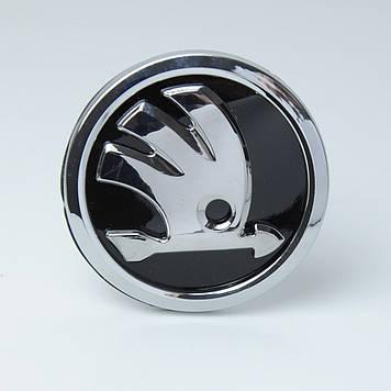"Эмблема  ""Skoda""  84мм\нового образца \пластик\ скотч 3М (А5/А7 зад/Roomster) (Копия) 5JA853621"