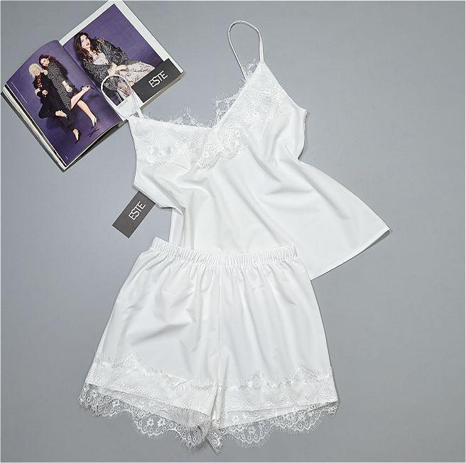 Белая пижама с кружевом майка и шорты.