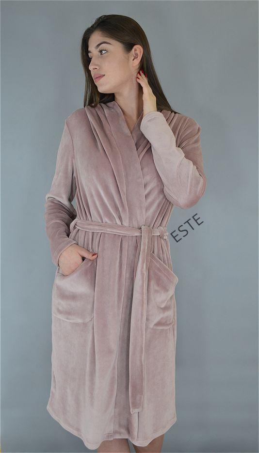 Теплый женский халат с капюшоном и карманами из микро-велюра.