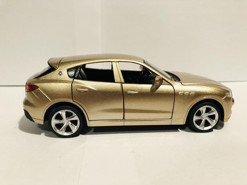 Машинка Maserati Levante 1:32  золотая