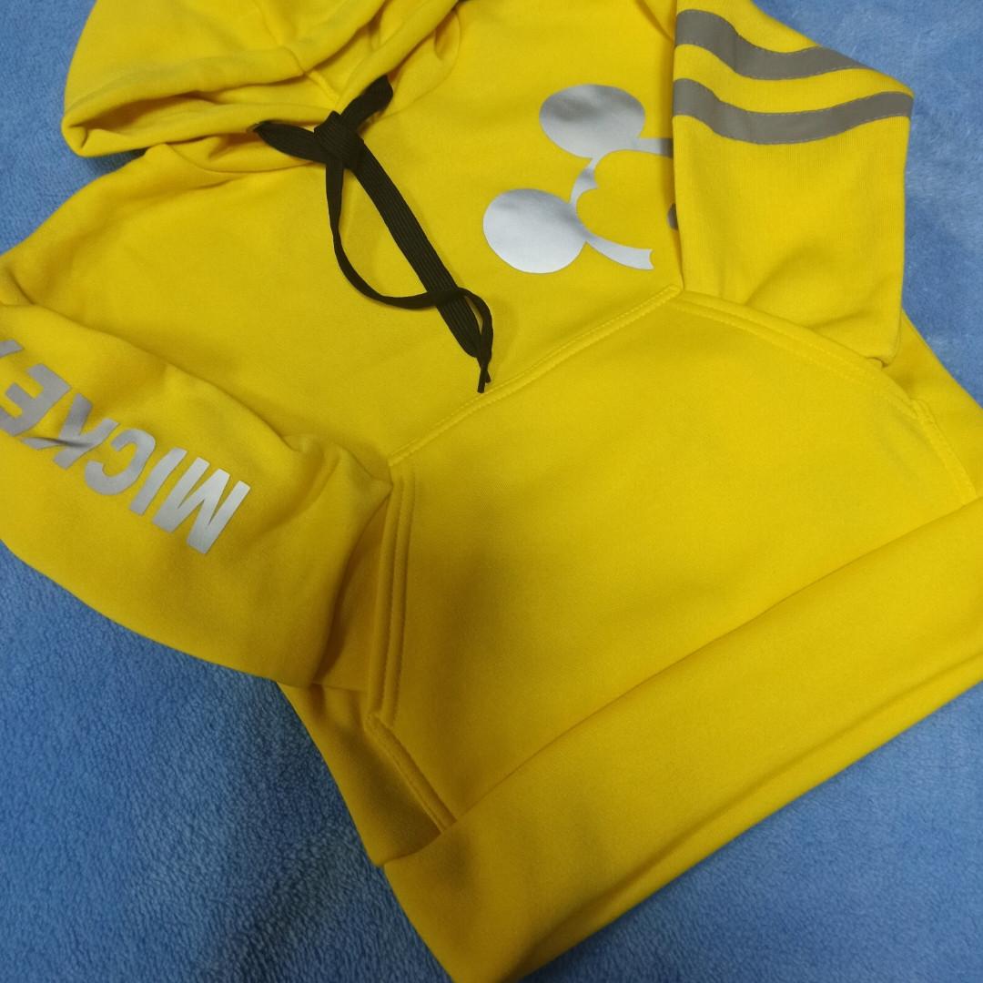Модная теплая красивая толстовка для девочки со светоотражающими элементами и карманом-кенгуру. Цвет- желтый.