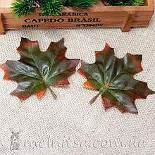 Лист клена с черенком, 9 см, зеленый с красным