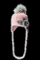 Модная теплая шапочка украшена оригинальной аппликацией из меха