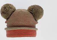 Теплая зимняя шапка с меховыми бумбонами.