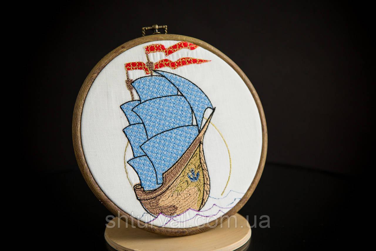 Вышитая картина в пяльцах с корабликом