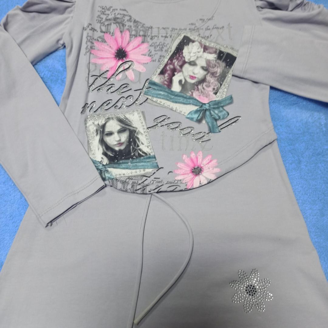 Модное нарядное красивое трикотажное платье- туника для девочки серого цвета.