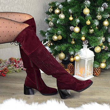 Ботфорты замшевые женские на каблуке, декорированы накаткой камней. Цвет бордовый