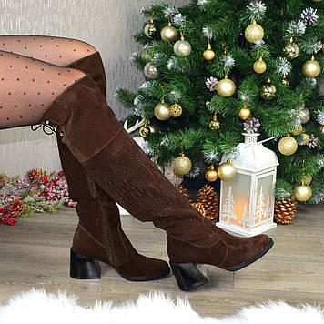 Ботфорты замшевые женские на каблуке, декорированы накаткой камней. Цвет коричневый