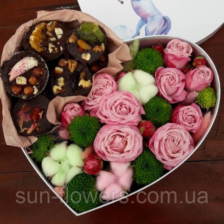 Сердечко с домашним шоколадом и цветами