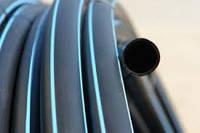 Труба ПЭ 20 6 атм. Evci Plastik магистральная черная с синей полосой, фото 1