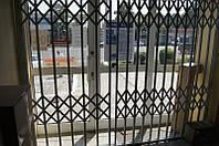 Решетка металическая раздвижная на дверь входную