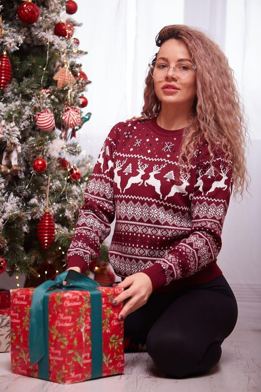 Женский свитер новогодний с оленями бордовый