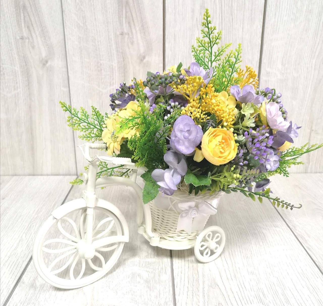 Композиция из цветов в кашпо велосипеде