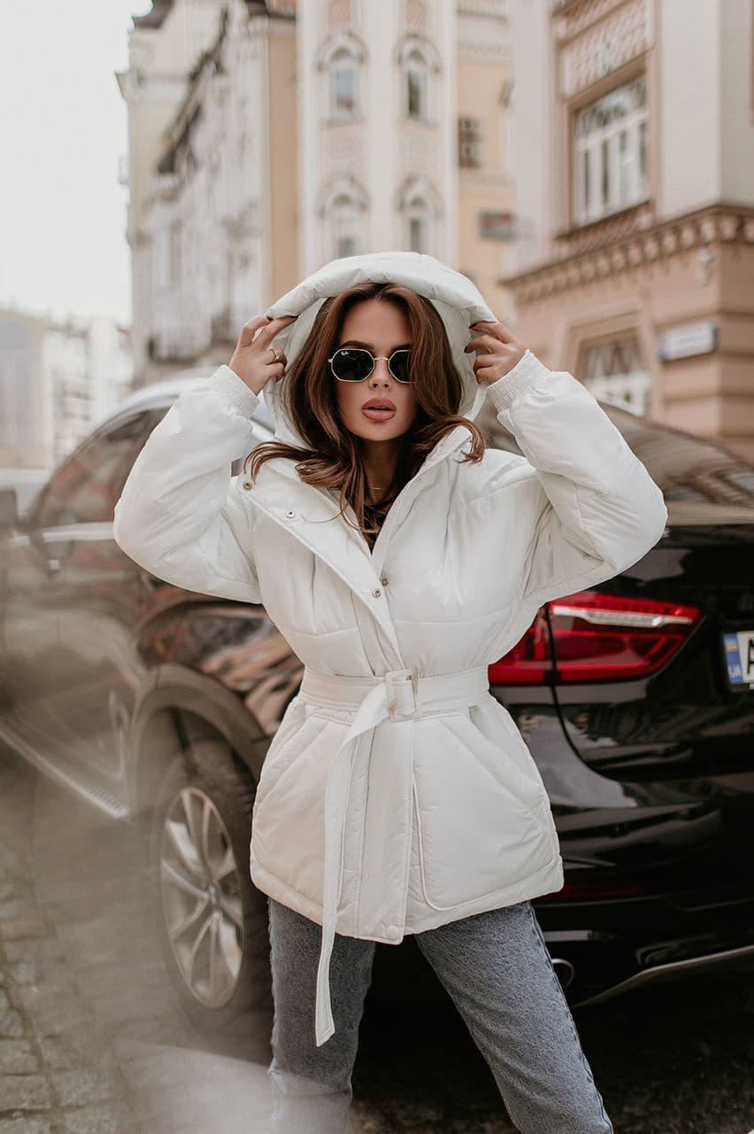 Жіноча зимова куртка з поясом коротка біла