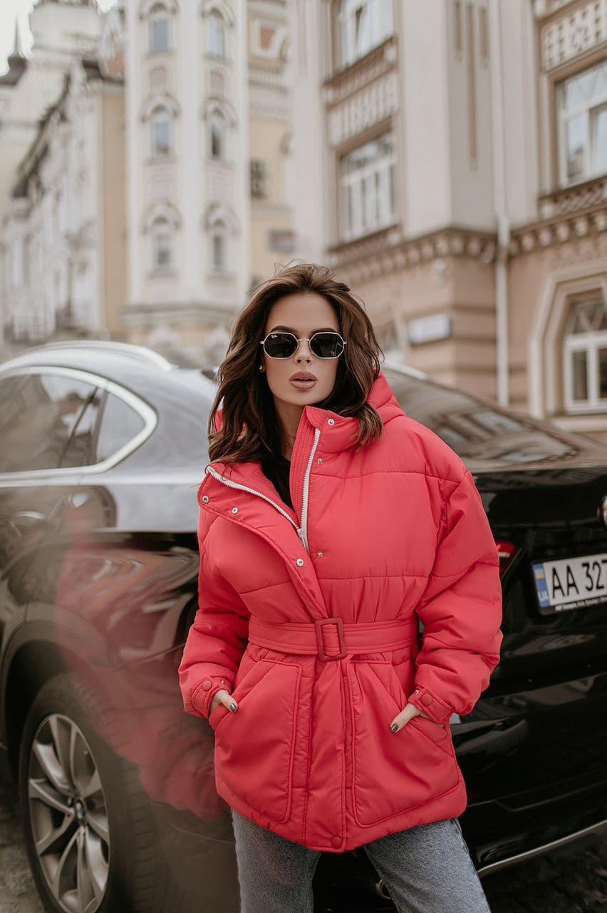 Женская зимняя куртка с поясом короткая коралловая