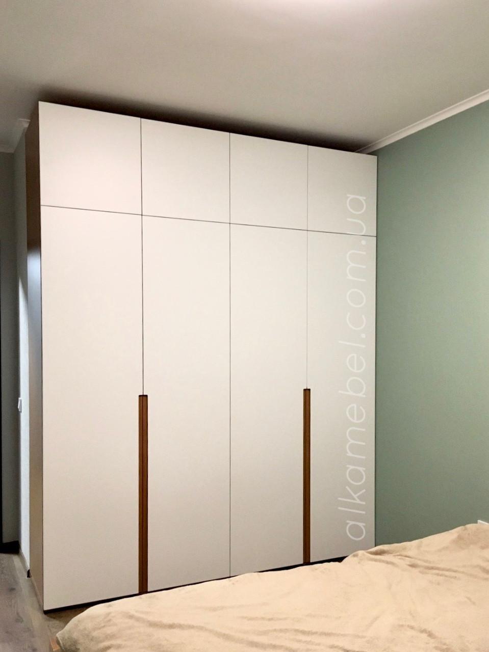 Шкаф в спальню с белыми фасадами мдф и корпусом под дерево