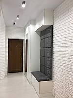 Белая прихожая с зеркалом и мягкой стенпанелью в современном стиле