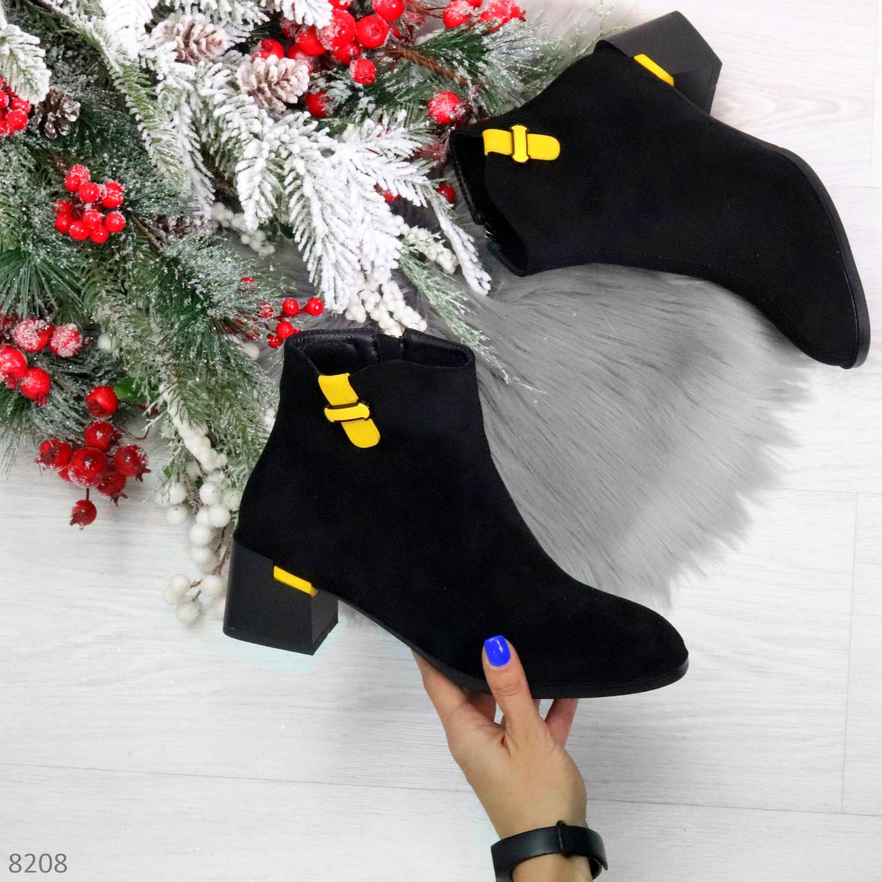 Эффектные замшевые ботинки ботильоны на удобном каблуке с декором