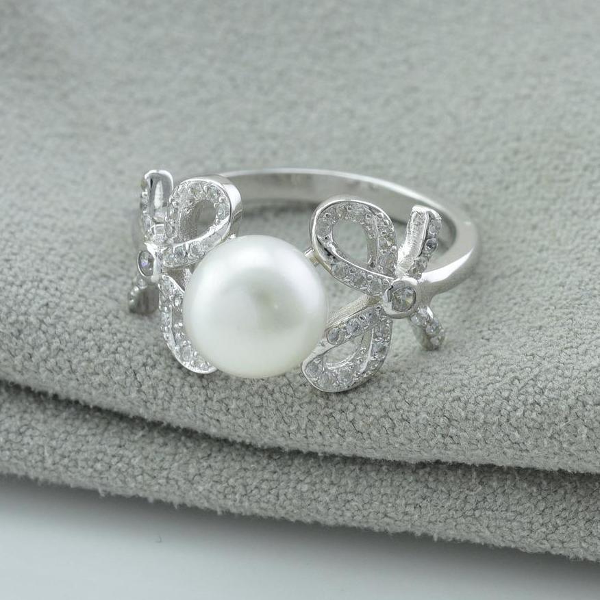 Серебряное кольцо размер 18.5 вставка искусственный жемчуг белые фианиты вес 3.3 г