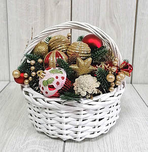 Декоративний кошик з новорічними іграшками
