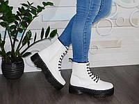 Белые женские демисезонные ботинки мартинсы