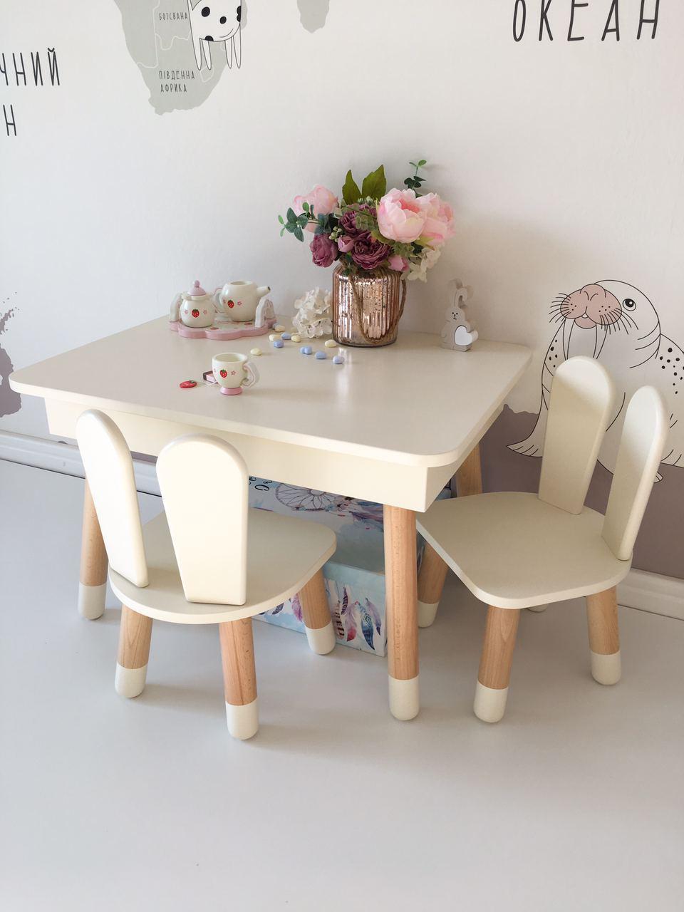 Детский стол с пеналом и  2 стула (деревянный стульчик зайка  2 шт и прямоугольный стол)