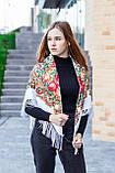 Косынка с народным орнаментом на флисе LEONORA белая 140*110*110  с бахромой, фото 4