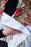 Косынка с народным орнаментом на флисе LEONORA белая 140*110*110  с бахромой, фото 3