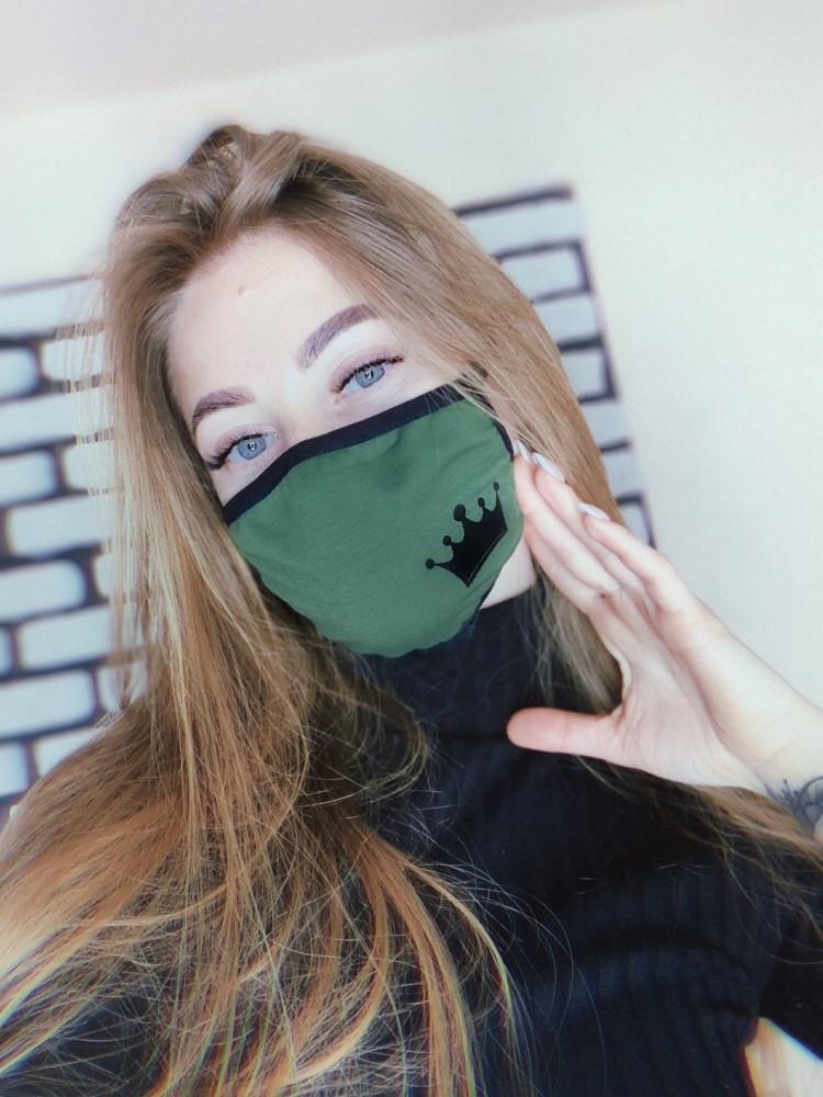 Маска защитная тканевая черно-зеленая, с рисунком Queen