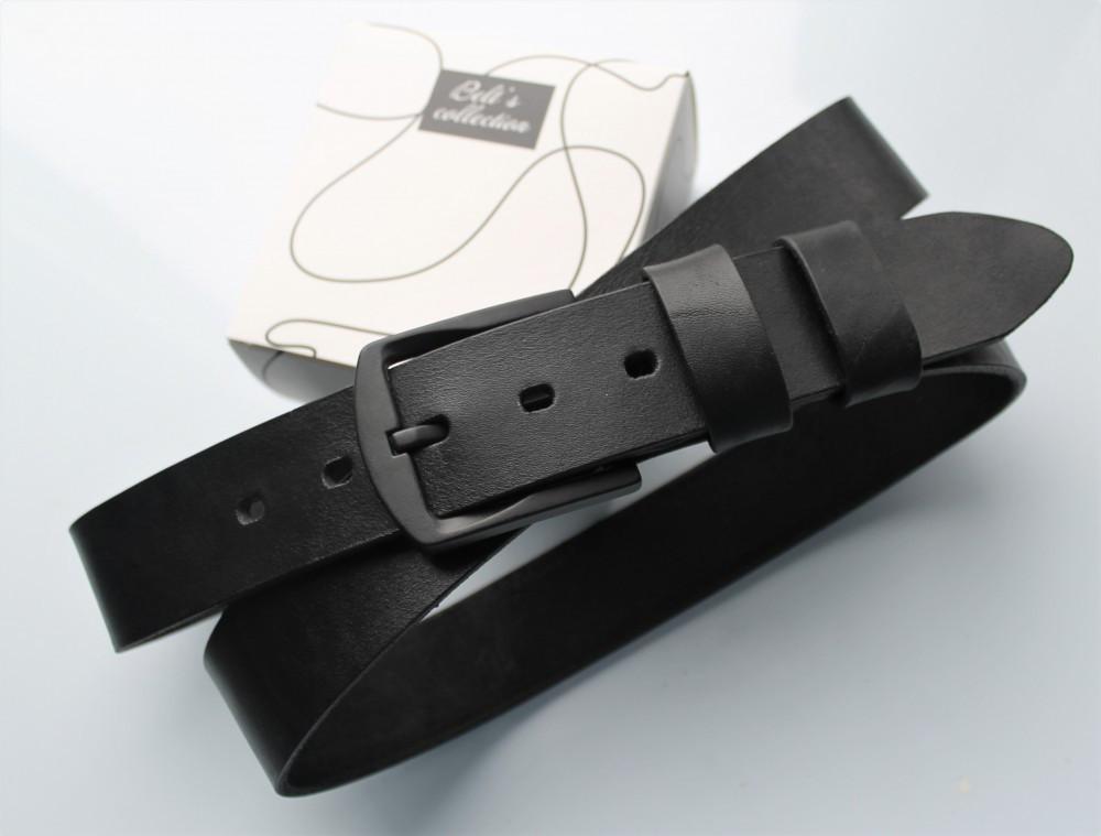 Мужской кожаный ремень с черной пряжкой черный