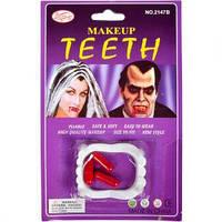 Зубы вампира с кровью