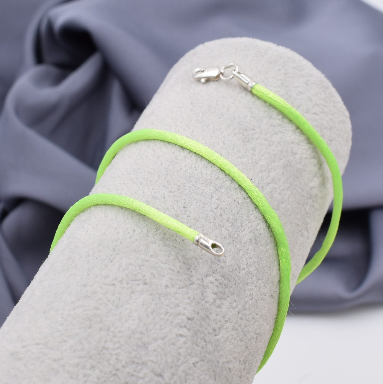 Шнурок шелковый цвет лаймовый длина 30 см ширина 2 мм вес серебра 0.7 г