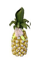 Конфетный ананас на бутылке шампанского из конфет золотая лилия