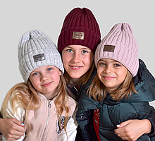 Зимняя детская и подростковая шапка на флисе для девочек молочная и розовая