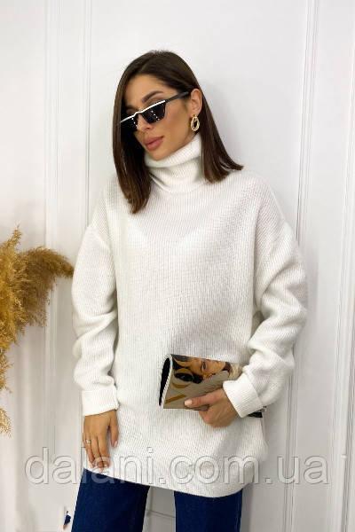 Женский белый удлиненный свитер оверсайз с высоким воротом