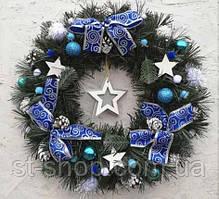 Новогодний венок искусственный рождественский ПВХ с синим бантами 35 см